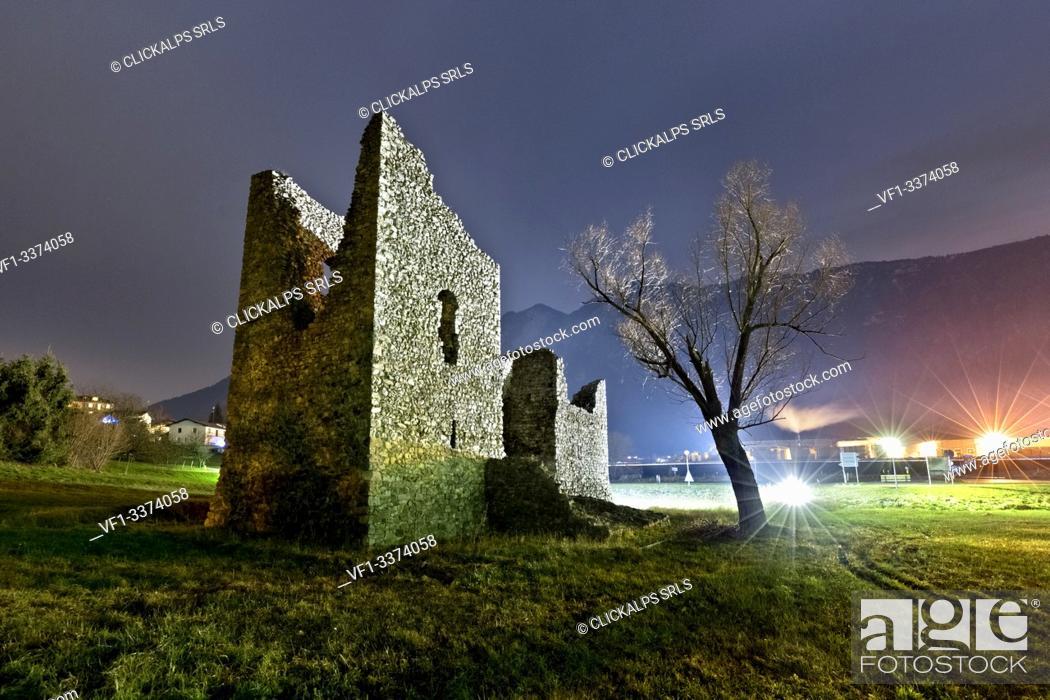 Imagen: Ruins of Tor Quadra in the night. Marter, Trento province, Trentino Alto-Adige, Italy, Europe.