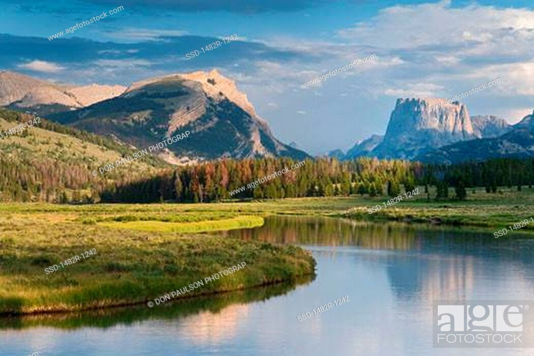 Imagen: Mountain peak overlooking a river, Green River, Squaretop Mountain, Bridger-Teton National Forest, Wyoming, USA.