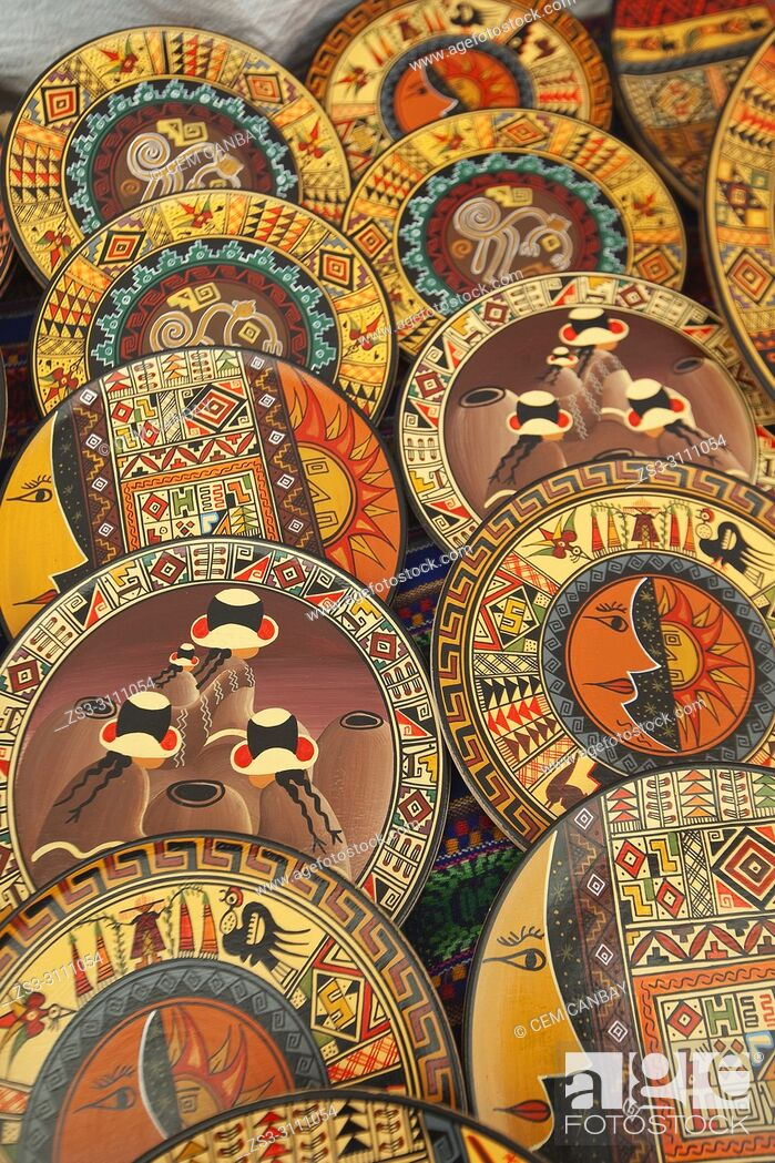 Imagen: Close-up shot of ceramic plates at the open-air art and craft market in Pisac, Sacred Valley, Cusco Region, Peru, South America.