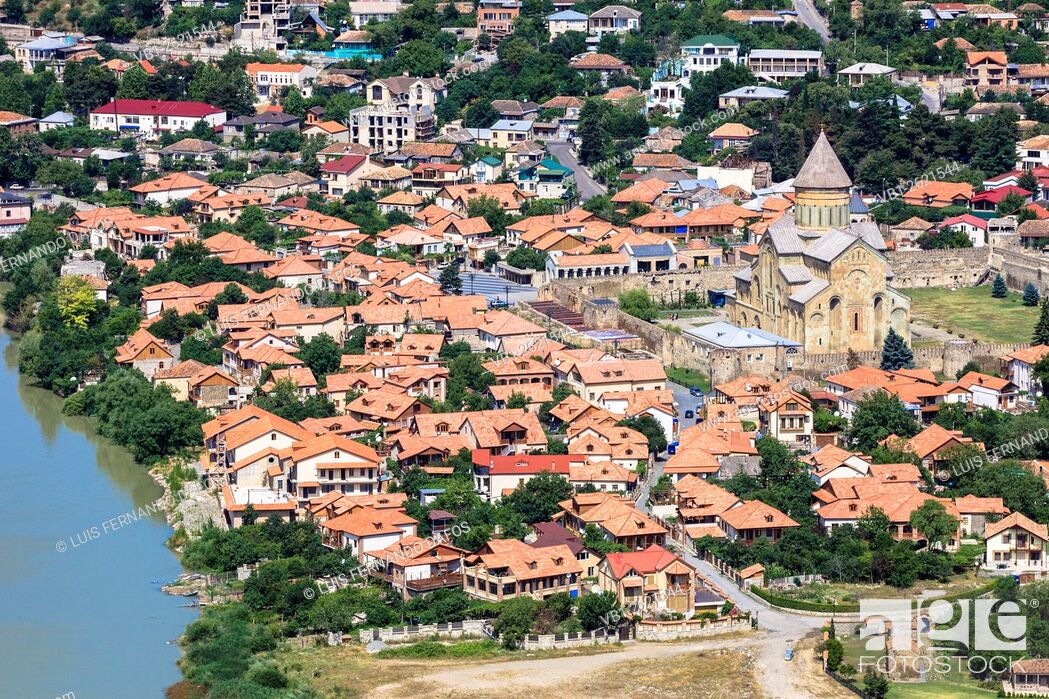Imagen: Mtskheta overview with Svetitskhoveli Cathedral. Mtskheta, Georgia.