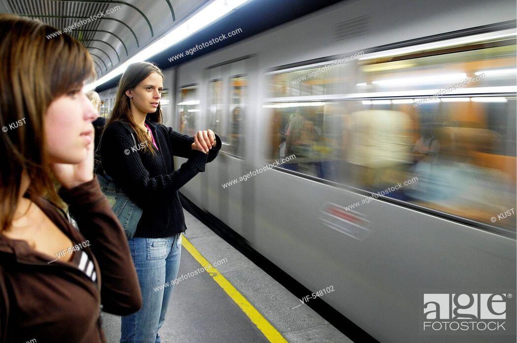 Stock Photo: Zwei Frauen warten auf U-Bahn. - Austria, 25/07/2007.