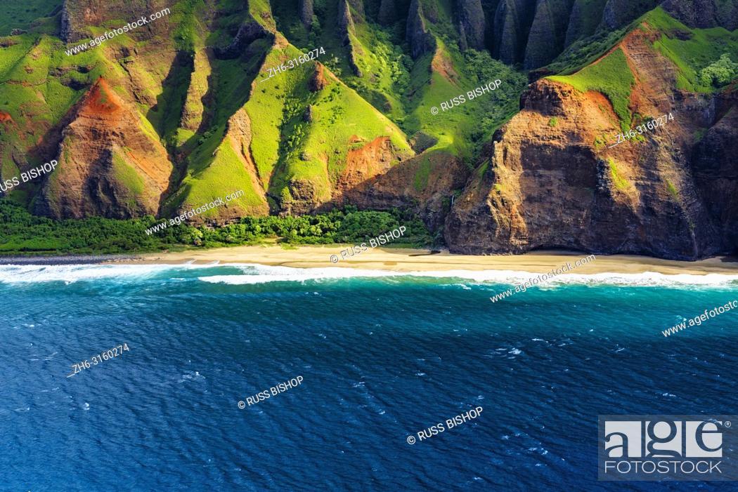 Imagen: Kalalau Beach on the Na Pali Coast (aerial), Napali Coast Wilderness State Park, Kauai, Hawaii USA.