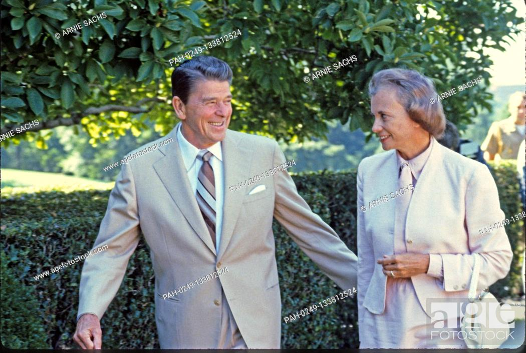 Imagen: United States President Ronald Reagan, left, escorts his nominee as Associate Justice of the Supreme Court to replace Potter Stewart who retired.