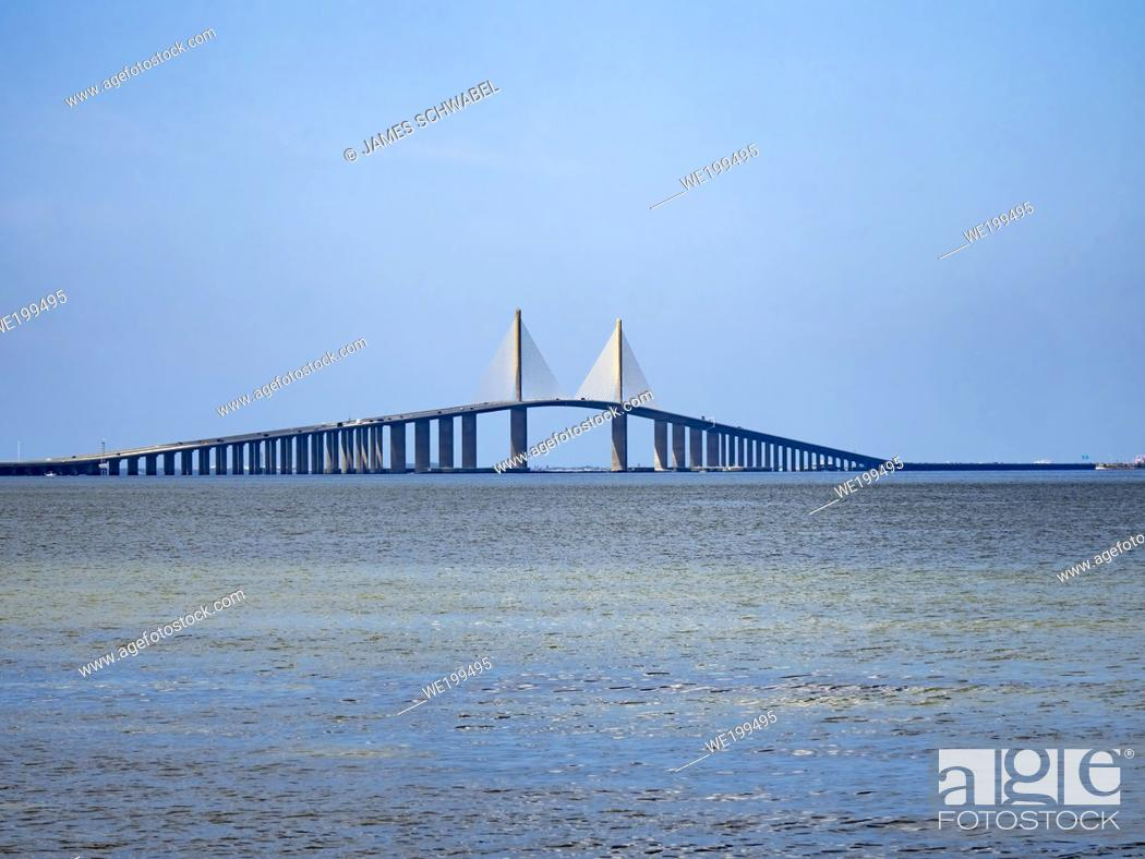 Photo de stock: The Bob Graham Sunshine Skyway Bridge spanning the Lower Tampa Bay connecting St. Petersburg, Florida to Terra Ceia Florida in the United States.