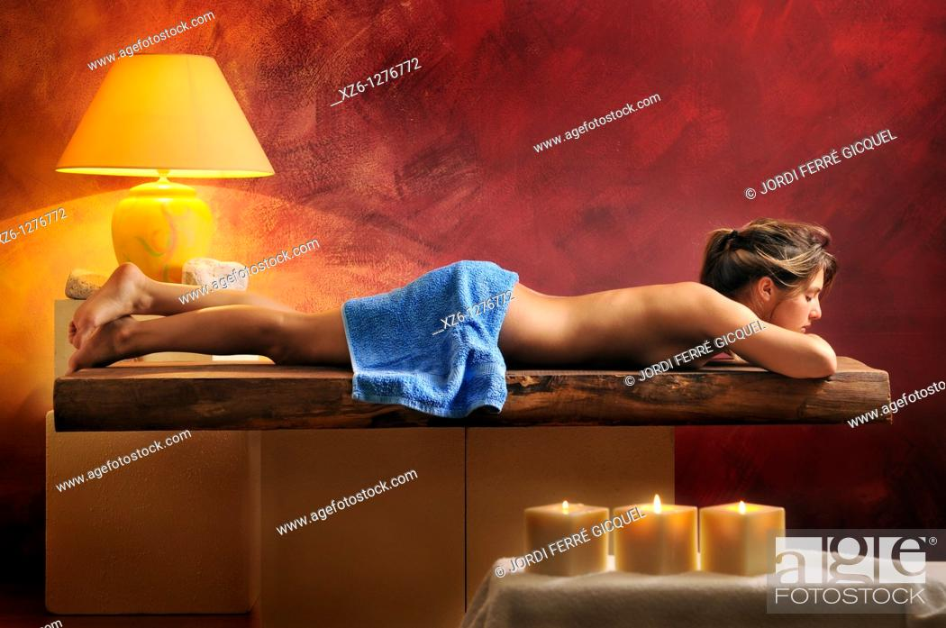 Imagen: half-naked woman lying in relaxation area.