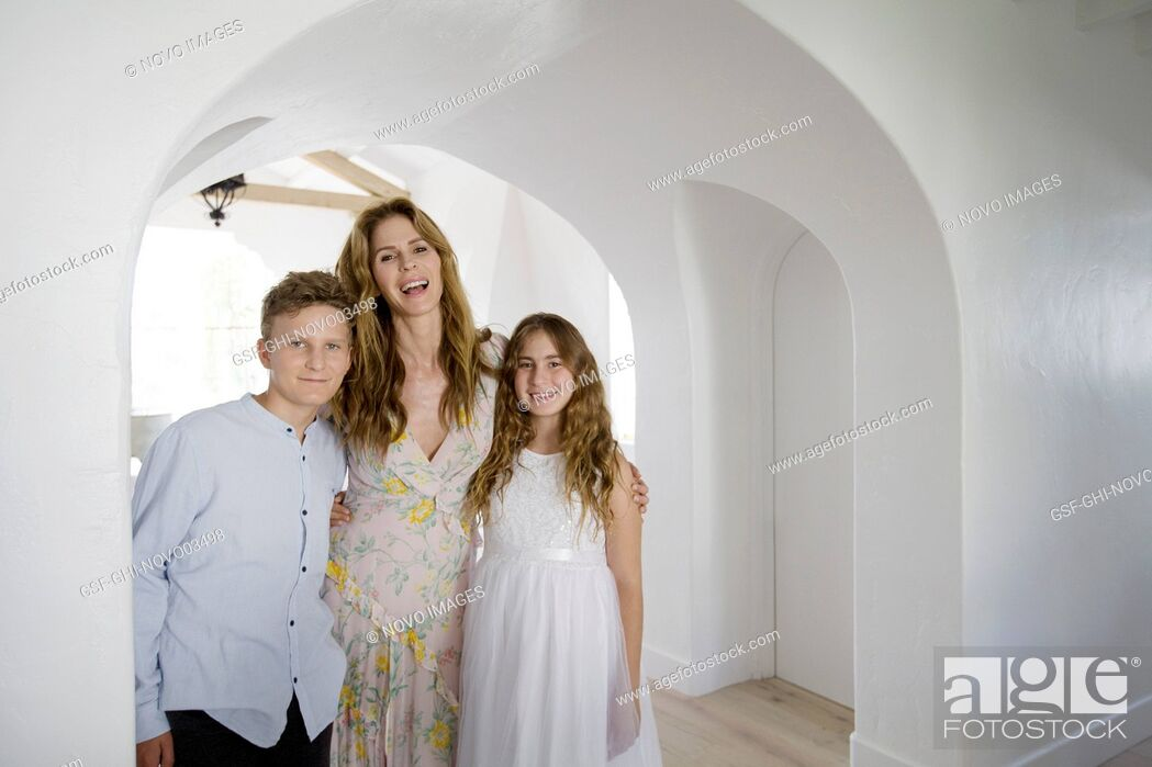 Imagen: Portrait of Mother and her Two Children at Home.