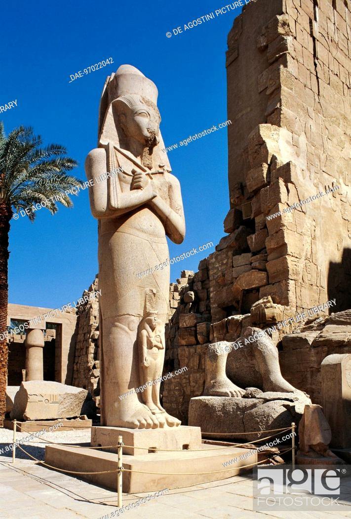 Imagen: Colossal statue of Ramses II and his wife Nefertari, First Courtyard of the Temple of Amun, Karnak Temple Complex, Luxor, Thebes (Unesco World Heritage List.