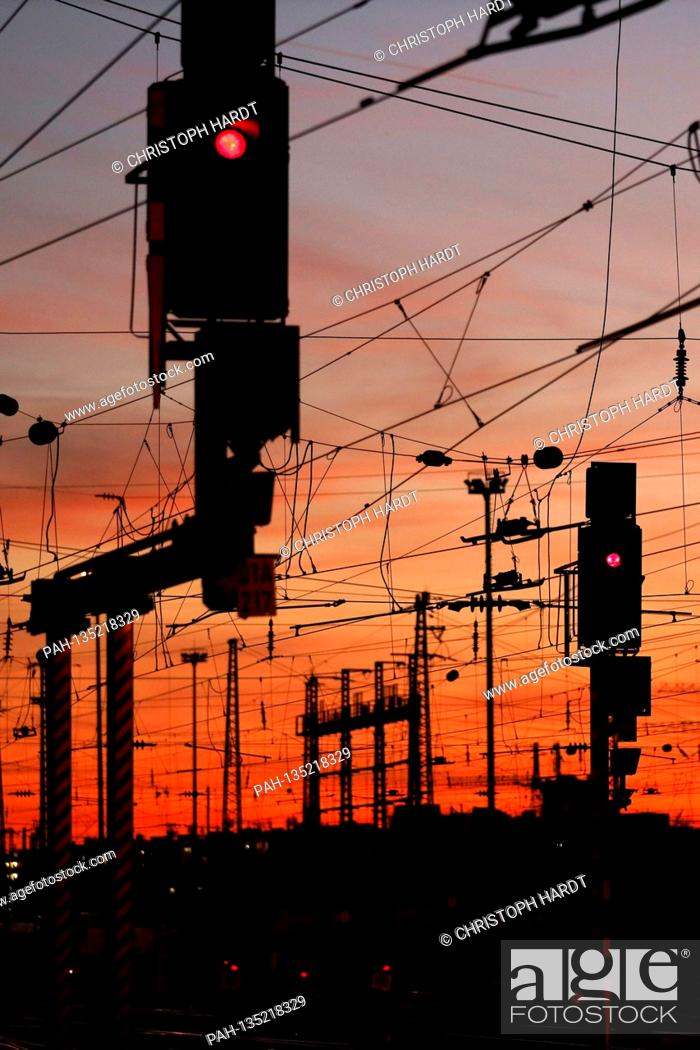Stock Photo: Overhead lines and track systems at Frankfurt Main Station (archive image). Frankfurt, August 31, 2020 | usage worldwide.