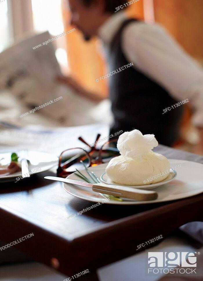 Imagen: Homemade cream cheese in a muslin cloth for breakfast.