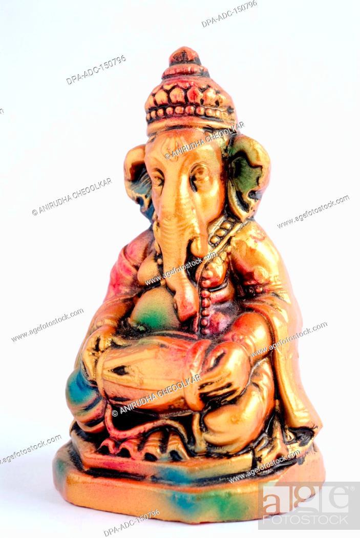 Imagen: Colourful statue of lord Ganesha elephant headed god playing mridungam , India.