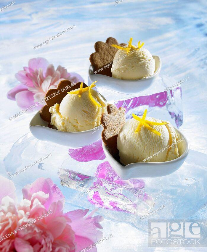 Stock Photo: Ginger ice cream in dessert bowls.