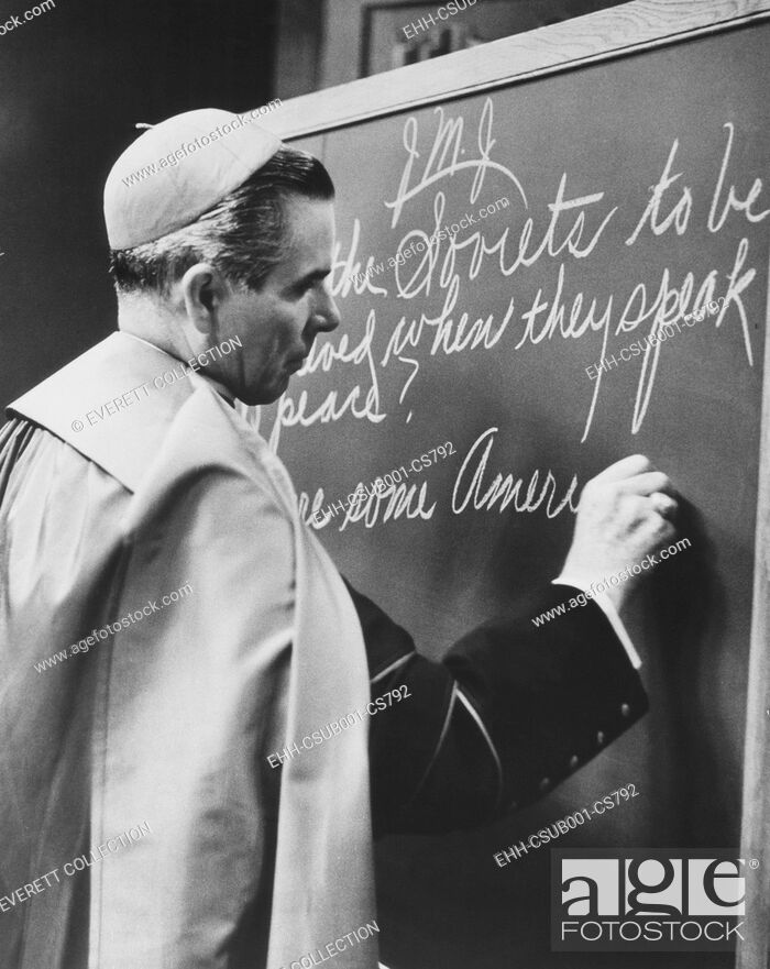 Photo de stock: Bishop Fulton Sheen writing on blackboard during the broadcast of his TV show, LIFE IS WORTH LIVING. Nov. 1, 1954. He wrote.