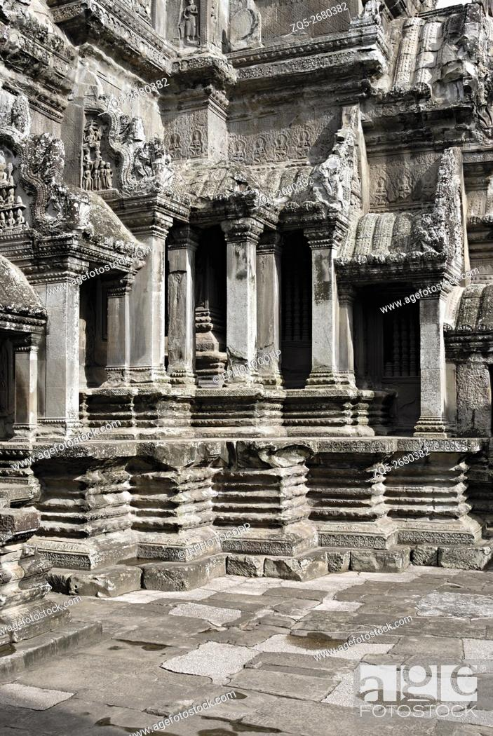 Imagen: Cambodia, Angkor Wat 12th century A. D. Pillared Shrine with decorative offset of the plinth.