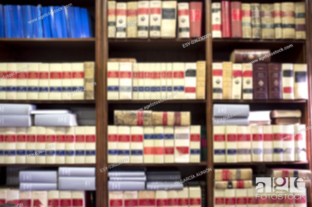 Imagen: Bookshelf plenty of old legal books. Blurred background.