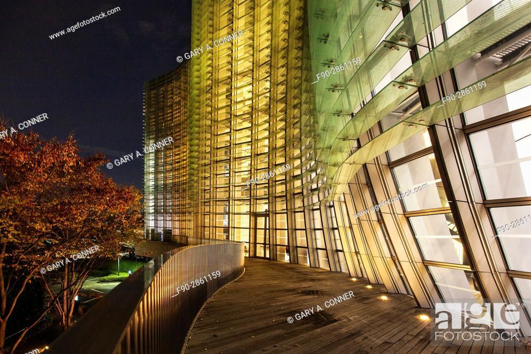 Imagen: The National Art Center Tokyo exterior in the evening, Roppongi, Tokyo, Japan (architect Kisho Kurokawa).