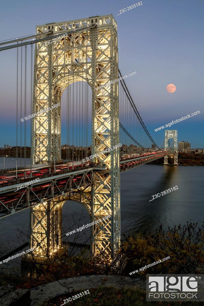 Imagen: George Washington Bridge Moon Rising - New York City's landmark, the George Washington Bridge along with a full moon during the blue hour.