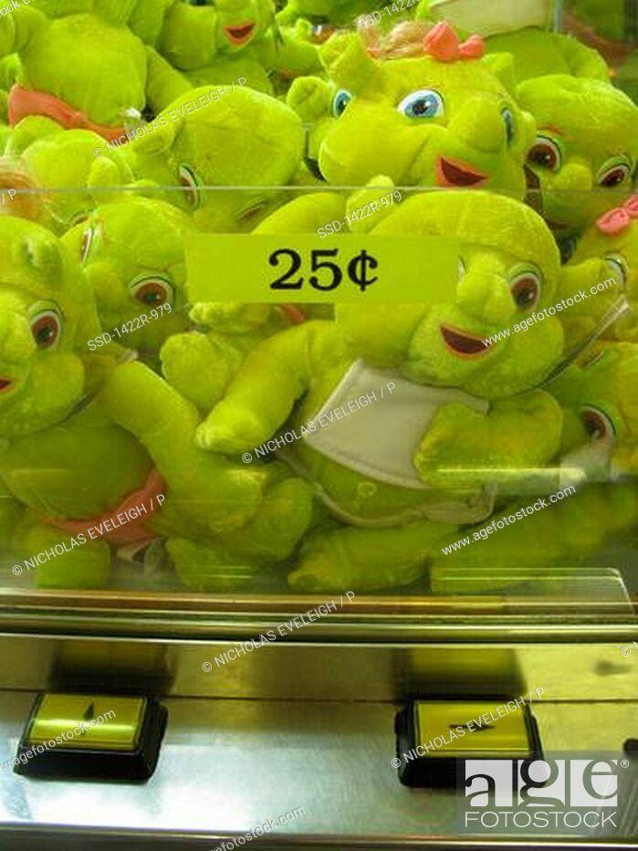 Imagen: Green toys inside a carnival game.