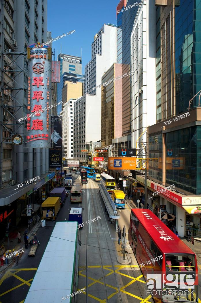 Imagen: trams and buses in Central, Hong Kong.