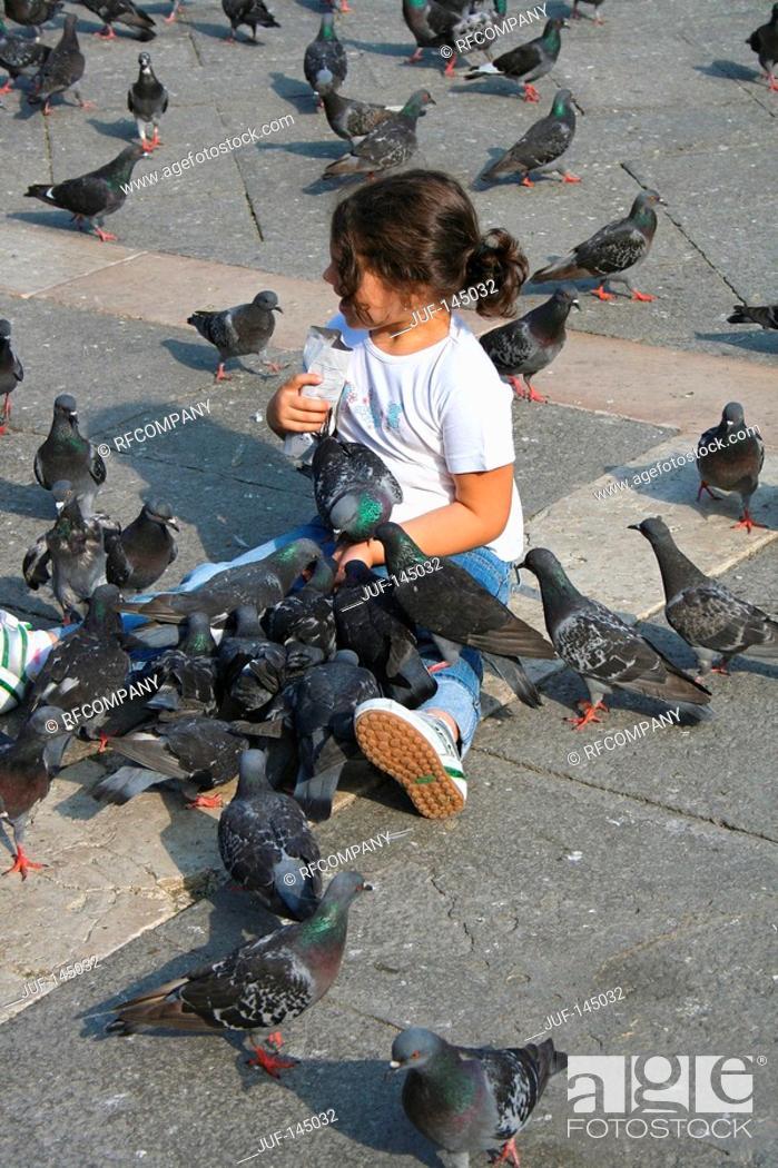 Stock Photo: Venice - girl between doves.