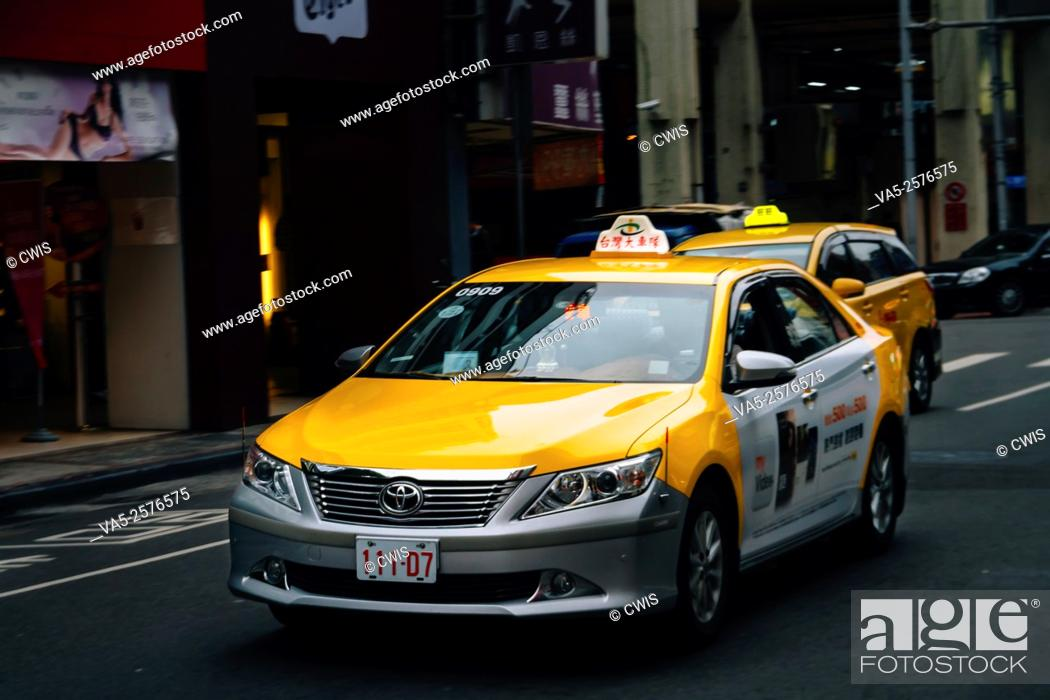 Imagen: Taipei, Taiwan - Regular city street view in the daytime, the TAXI.