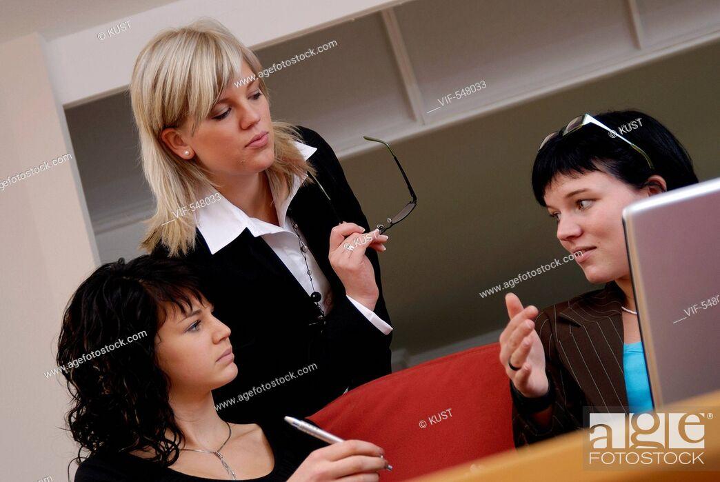 Imagen: Businessfrauen im Gespraech. - Niederoesterreich, Ísterreich, 10/09/2007.