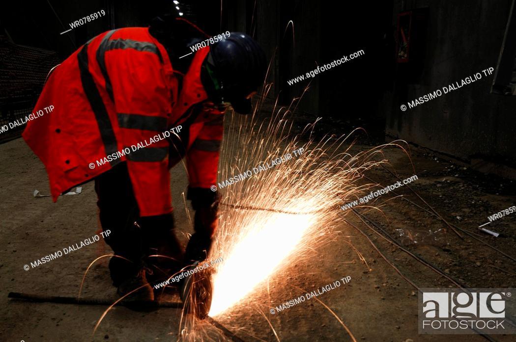 Imagen: Worker welding.