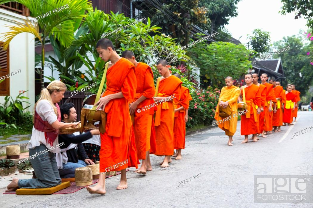 Imagen: Alms giving ceremony in Luang Prabang, Laos.