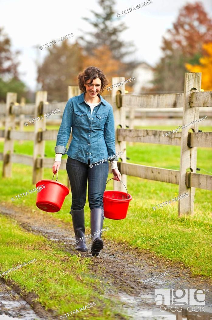Imagen: Woman carrying buckets.