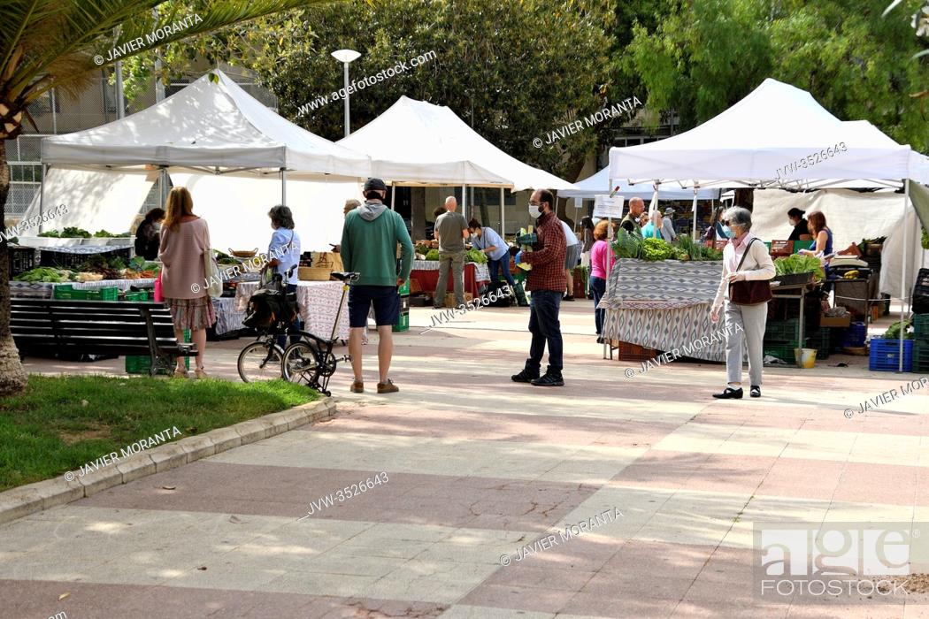 Imagen: People at an outdoor market in Palma de Mallorca, Spain.