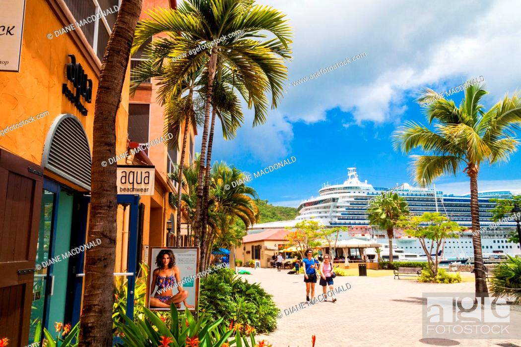 Imagen: A cruise ship in port at Charlotte Amalie, St. Thomas, US Virgin Islands seen from the dockside shopping center.