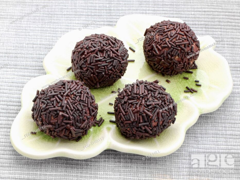 Imagen: Chocolate truffles covered in vermicelli.