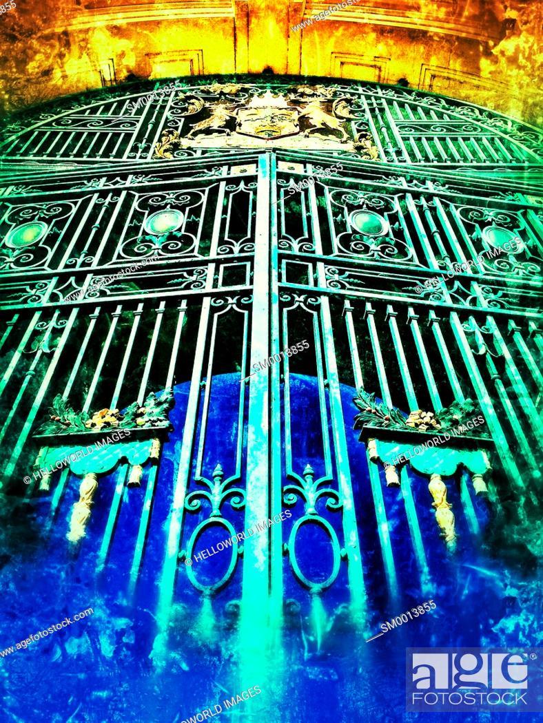 Stock Photo: Gates and crest on City War Memorial by T Wallis Gordon (1927), Victoria Embankment, Nottingham, Nottinghamshire, east Midlands, England.