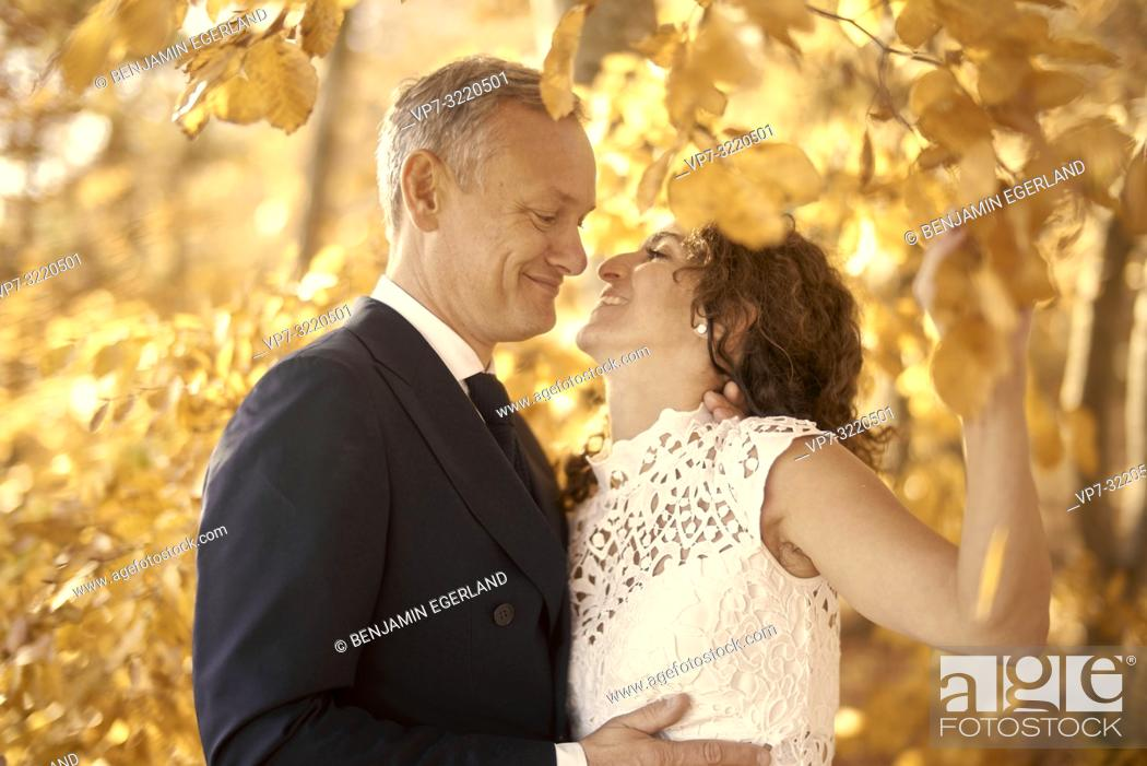 Imagen: Just married couple between autumn leaves, Starnberg, Bavaria, Germany.