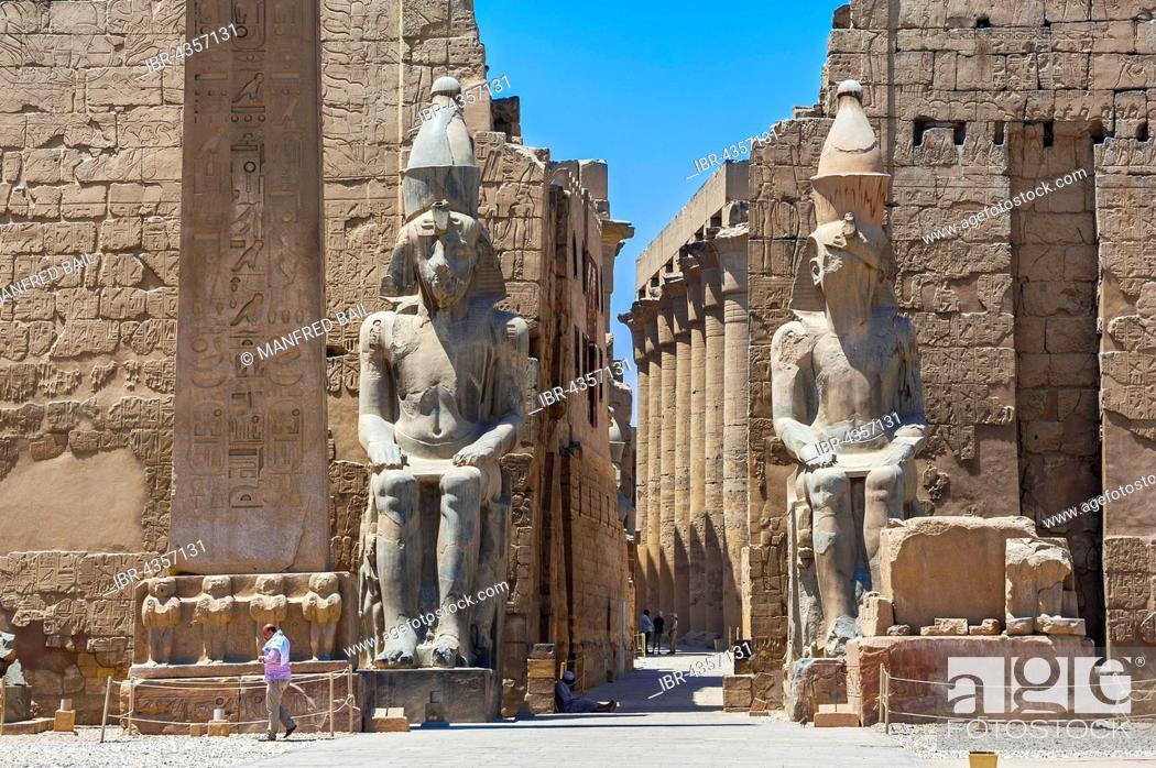 Imagen: Gate or pylon and portico, Karnak Temple, Karnak, Luxor, Egypt.
