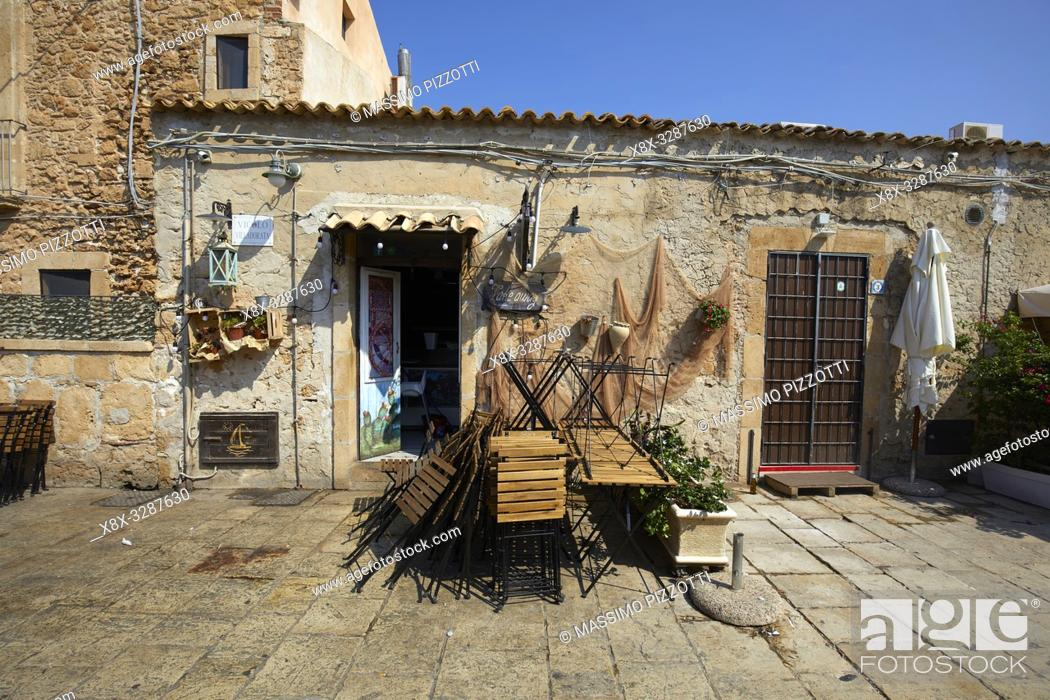 Imagen: The main square of the historic village Marzamemi, Province of Syracuse, Sicily, Italy.