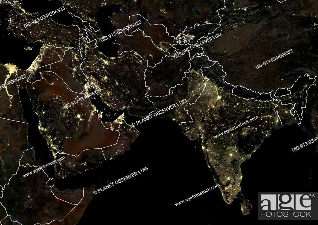 Imagen: Middle East and India at night in 2012. This satellite image with country borders shows urban and industrial lights.