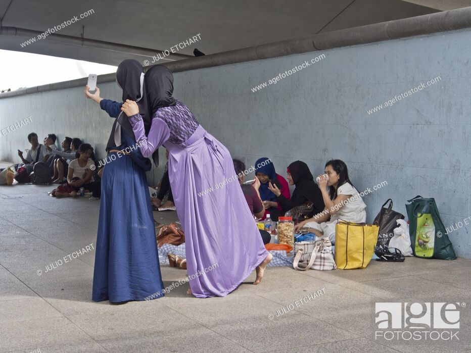 Imagen: Migrant domestic workers enjoy a day off by the Bay side in Singapore.