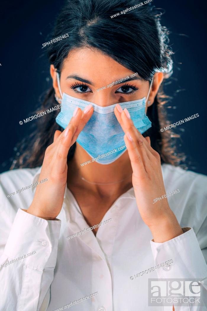 Imagen: coronavirus Infection Prevention. Young woman wearing protective mask.