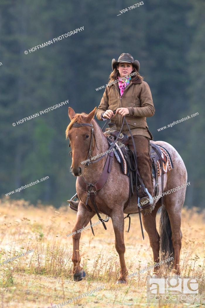 Imagen: Female wrangler cowgirl on horse, Montana, USA.