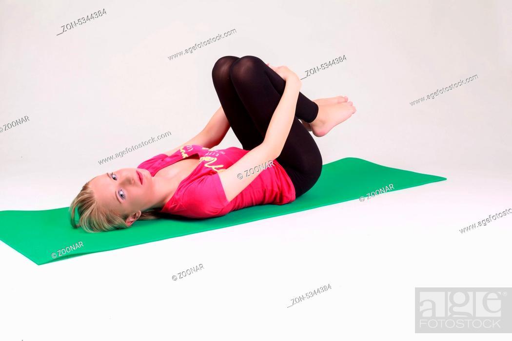 Junge Frau Betreibt Yoga Am Boden Auf Einer Grunen Gymnastikmatte