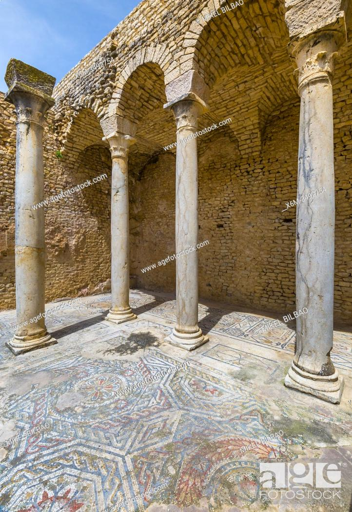 Imagen: Winter thermal baths. Dougga Roman city ruins. Tunisia.