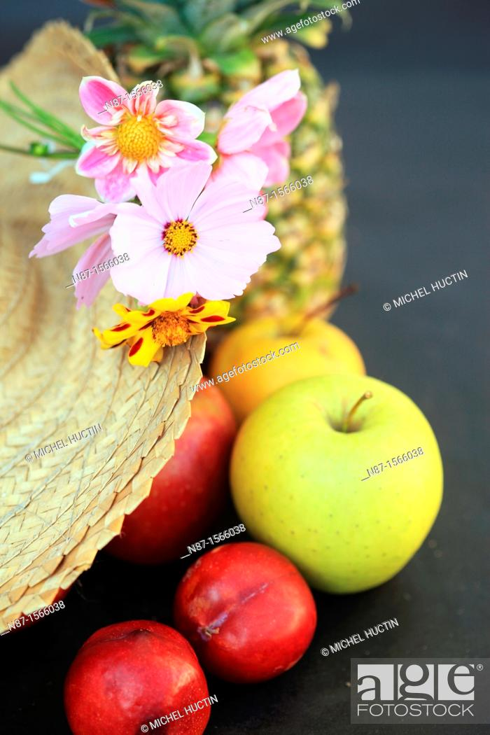 Imagen: still life flowers in a Straw Hat.
