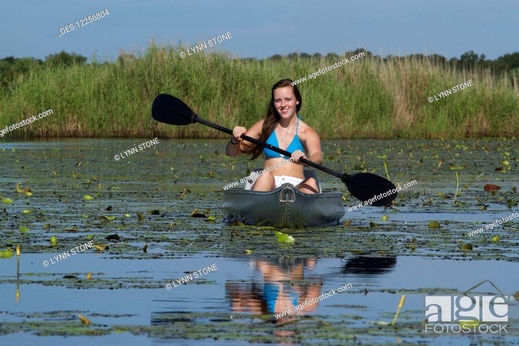 Imagen: Young woman kayaking in Upper Myakka River Lake, Myakka River State Park; Sarasota, Florida, United States of America.