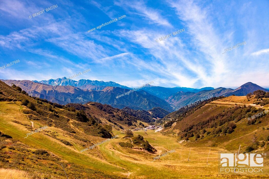 Imagen: Landscape, view of the slopes and mountains around the ski resort Guzet-snow in summer. Couserans-Pyrenees, Ustou Valley, Ariege, Occitanie, France.