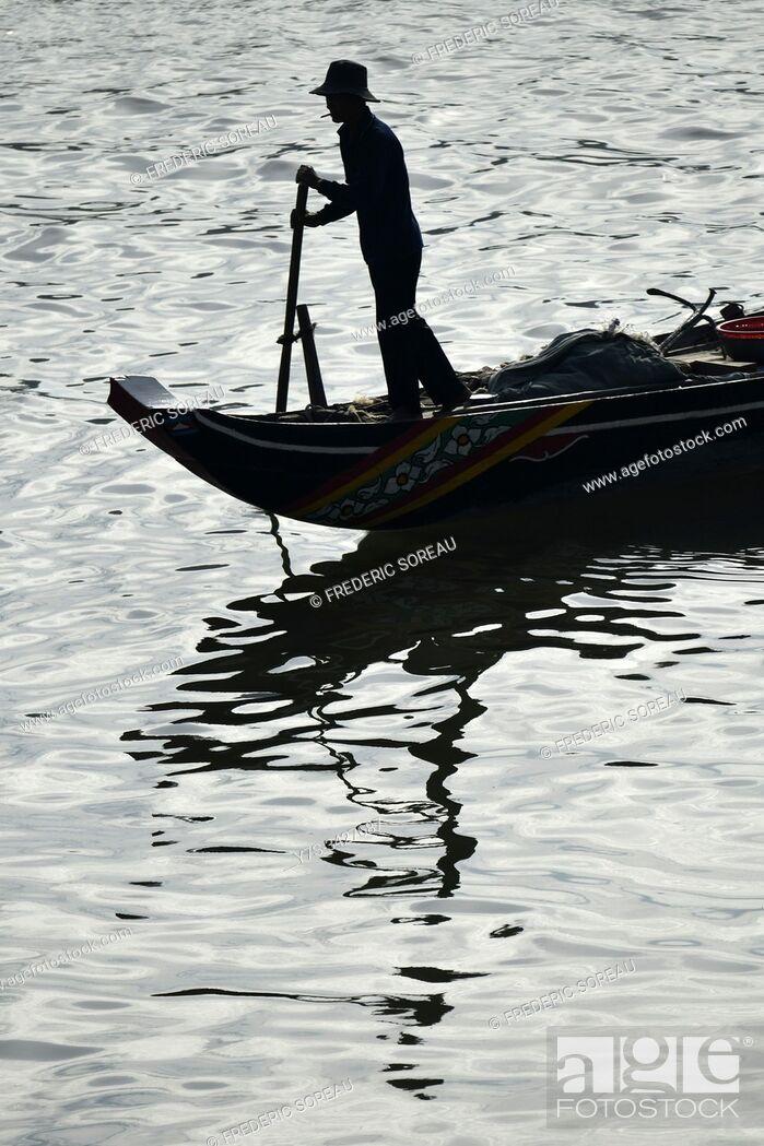 Photo de stock: Fisherman boat on the Mekong river in Phnom Penh, Cambodia, South Esat Asia.