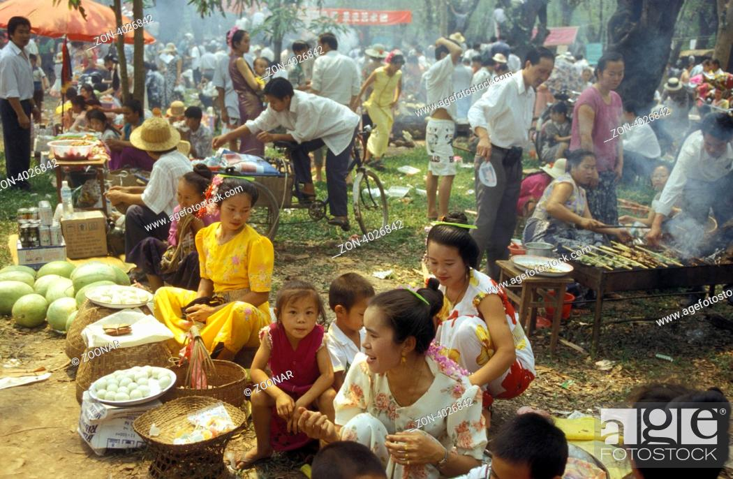 Stock Photo: Ein Fruehlingsfest bei Jinghong in Xishuangbanna in der Provinz Yunnan in West China in Ostasien.