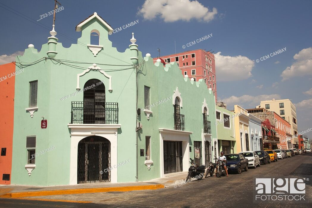 Imagen: Motorcyclist in front of the colorful colonial buildings in the city center, Merida, Yucatan Province, Mexico, Central America.