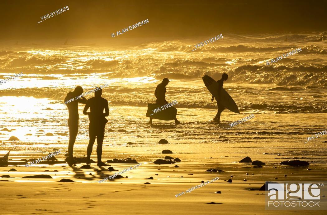 Imagen: Surfers at sunset at La Cicer on Las Canteras beach, Las Palmas, Gran Canaria, Canary Islands, Spain.