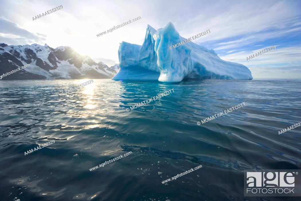 Imagen: Blue iceberg floating in ocean and melting fast due to global warming, south coast, Southern Ocean, Antarctic Convergance, South Georgia Island.