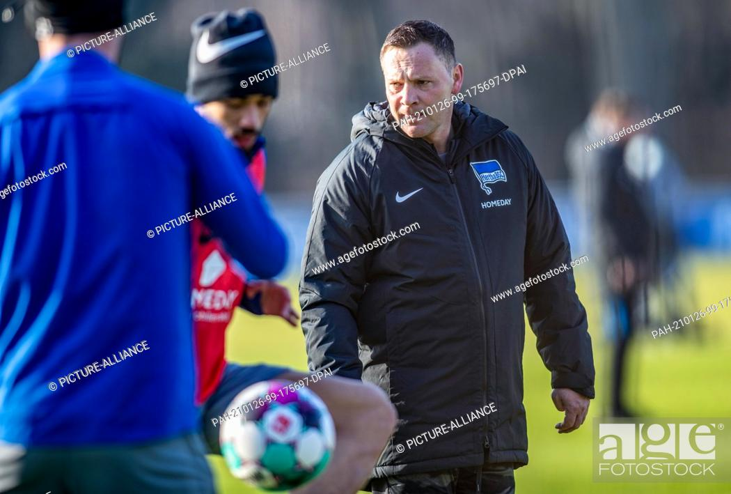 Imagen: 26 January 2021, Berlin: Coach Pal Dardai (r) leads the players of Hertha BSC at his first official training session. Dardai takes over Hertha BSC's.